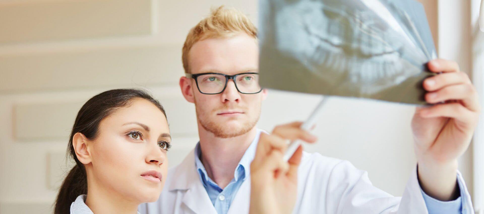 lekarze sprawdzający rentgen szczęki